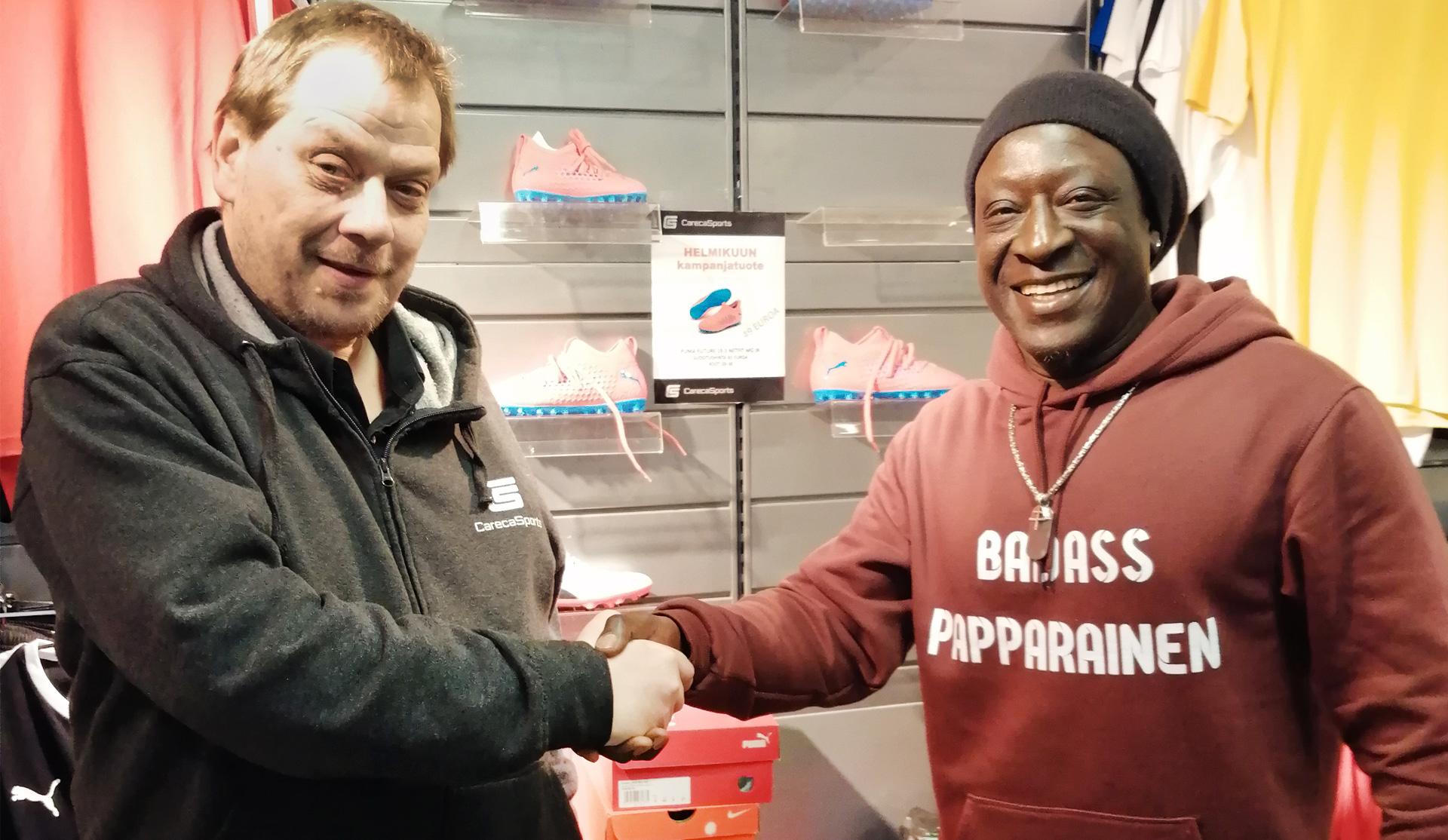 Careca onnittelee pitkäaikaista kumppaniaan Sabi Papaa hänelle myönnetystä nuorisotyön tunnustuspalkinnosta.